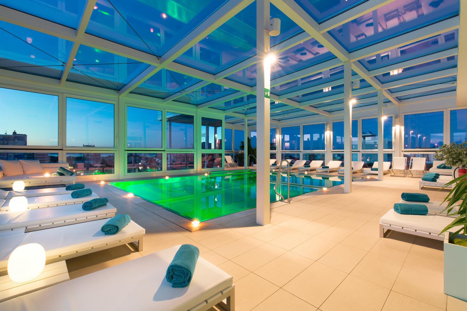 All 39 ultimo piano dell 39 hotel piscina coperta con idromassaggio - Hotel con piscina coperta ...